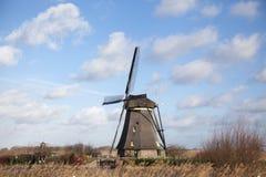 Holland-Windmühle auf einem Kanal Alte Mühlkreide und -mehl Der schöne Hintergrund der Landschaft von Holland Stockfotos