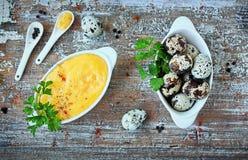 Hollandaisesås, en grundläggande sås av den franska kokkonsten Arkivbild