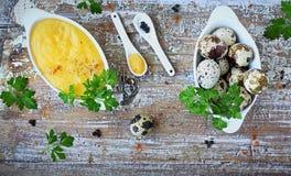 Hollandaisesås, en grundläggande sås av den franska kokkonsten Royaltyfria Bilder