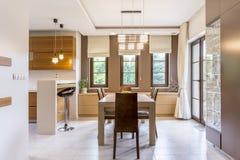 Holle en warme keuken in een moderne villa Stock Fotografie