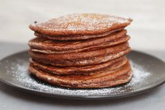 Holliday Breakfast Chocolate Pancakes na placa preta Pó do açúcar Fundo claro Front View imagens de stock