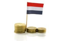 Holländische Markierungsfahne mit Euromünzen Stockfoto