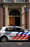 Holländischer Polizeiwagen geparkt außerhalb eines Polizeireviers Lizenzfreie Stockfotos