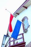 Holländsk flagga för halv mast på ett gammalt hus, Nederländerna Royaltyfri Fotografi