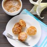 Holländska mini- pannkakor kallade poffertjes Fotografering för Bildbyråer