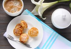 Holländska mini- pannkakor kallade poffertjes Royaltyfria Bilder