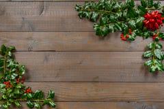 Holly Christmas Background con le bacche fotografie stock libere da diritti