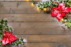 Holly Christmas Background con le bacche e la neve immagine stock