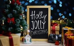 Holly Jolly Christmas Typography sur le tableau noir entre Noël image libre de droits