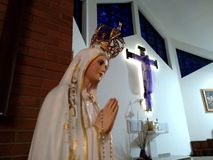 Holly Madonna sob a cruz de Jesus Foto de Stock