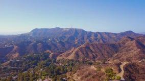 HOLLYWOOD, CALIFORNIË - SEPTEMBER 24, 2018: Satellietbeeld van het wereldberoemde Teken van oriëntatiepunthollywood stock footage
