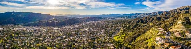 Hollywood del norte Burbank Glendale Pasadena aérea en casas de la ciudad de la montaña de la carretera de Los Angeles, Californi imagen de archivo