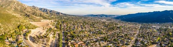 Hollywood del norte Burbank Glendale Pasadena aérea en casas de la ciudad de la montaña de la carretera de Los Angeles, Californi imagen de archivo libre de regalías