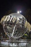 Hollywood EUA, o 16 de julho de 2014: Sinal dos estúdios universais na noite Fotos de Stock