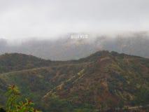 Hollywood firma adentro la niebla Imagen de archivo libre de regalías
