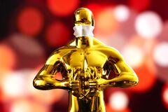 Free Hollywood Golden Oscar Academy Award Statue In Medical Mask. Success And Victory Concept. Oscar Ceremony In Coronavirus Time Royalty Free Stock Images - 216509769