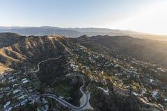 Hollywood Hills returnerar morgonantennen Los Angeles arkivfoto
