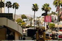 Hollywood Hills, trafik och gångare, Hollywood Blvd, Los Angeles royaltyfri foto