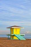 Hollywood strand Florida, ljust gult livräddarehus Arkivfoto