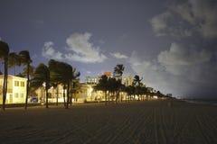 Hollywood strand på natten arkivbild