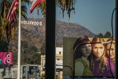 Hollywood tecken och affischtavlor från den Hollywood boulevarden arkivbild