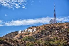 Hollywood tecken på kullen med torn arkivfoto
