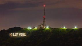 Hollywood tecken p? natten royaltyfri bild