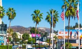 Hollywood tecken som ses från den Hollywood boulevarden royaltyfria bilder