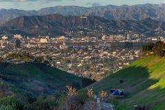 Hollywood undertecknar i Los Angeles, Kalifornien, som sett från avstånd royaltyfri fotografi