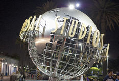 Hollywood USA, Juli 16, 2014: Tecken för universella studior på natt S arkivfoton