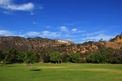 Hollywood-Zeichen auf einem blauen Himmel Stockbilder