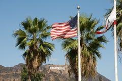 Hollywood-Zeichen und -amerikanische Flagge Stockbild