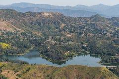 Hollywoodreservoir en Hollywood-teken luchtmening stock afbeeldingen