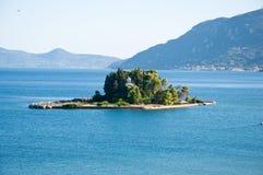 Holmen av Pontikonisi corfu greece ö Arkivfoton