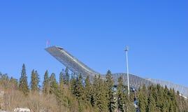 Holmenkollen skidar hoppet i Oslo på den soliga vinterdagen Arkivfoto