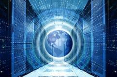 Hologram med planetjord och binär kod på symmetrisk datorhall för bakgrund med rader av supercomputers Stora data royaltyfri foto