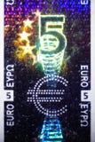 Hologram på en euroräkning Arkivbild