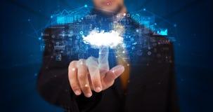 Человек касаясь hologram облачной системы стоковое изображение