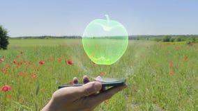 Hologram van appel op een smartphone stock video