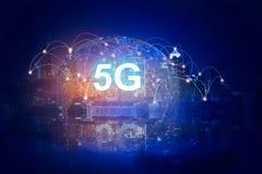 holograma de la red 5G y Internet digitales de cosas en fondo de la ciudad sistemas inal?mbricos de red 5G fotografía de archivo