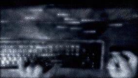 Holograma, matriz o ` s do close-up, do hacker ou do programador entrega o trabalho no teclado, com rato do computador computador filme
