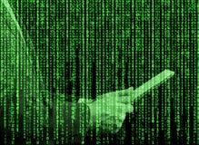 Hologramme de Digital dans un style de matrice Une personne avec le comprimé passe en revue quelques données dans l'Internet Images stock