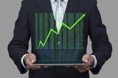 Hologrammet av diagrammet för skärm för aktiemarknadpriset poppar upp från minnestavlan Arkivbilder