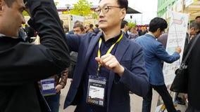 Hololens asiatici di prova dell'uomo al villaggio Startup archivi video