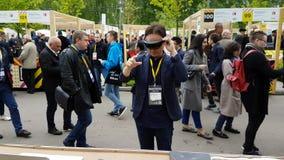 Hololens asiatici di prova dell'uomo al villaggio Startup stock footage
