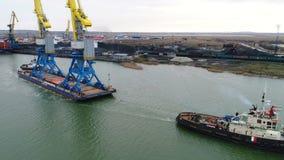Holować żurawie dla zbiorników Wielki zbiornika statek ciągnący tugboats Wierzchołka puszka widok z lotu ptaka Zbiornika ładunku  Zdjęcie Stock