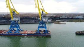 Holować żurawie dla zbiorników Wielki zbiornika statek ciągnący tugboats Wierzchołka puszka widok z lotu ptaka Zbiornika ładunku  Zdjęcia Stock