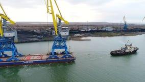 Holować żurawie dla zbiorników Wielki zbiornika statek ciągnący tugboats Wierzchołka puszka widok z lotu ptaka Zbiornika ładunku  Obraz Royalty Free