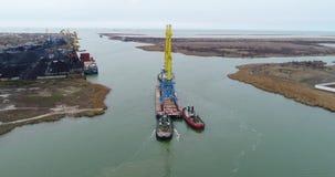 Holować żurawie dla zbiorników Wielki zbiornika statek ciągnący tugboats Wierzchołka puszka widok z lotu ptaka Zbiornika ładunku  zbiory wideo