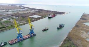 Holować żurawie dla zbiorników Wielki zbiornika statek ciągnący tugboats Wierzchołka puszka widok z lotu ptaka Zbiornika ładunku  zbiory